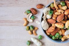 Μικτά καρύδια για την υγεία σε ένα κύπελλο στοκ φωτογραφία