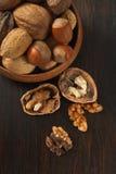 Μικτά καρύδια με το ξεφλουδισμένο ξύλο καρυδιάς Στοκ φωτογραφία με δικαίωμα ελεύθερης χρήσης