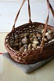 Μικτά καρύδια στο καλάθι Στοκ φωτογραφία με δικαίωμα ελεύθερης χρήσης
