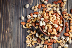 Μικτά καρύδια στο σκοτεινό υπόβαθρο Υγιή τρόφιμα και πρόχειρο φαγητό Στοκ Φωτογραφία