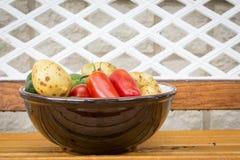 Μικτά οργανικά λαχανικά στο κύπελλο Στοκ Εικόνες