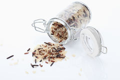Μικτά σιτάρια ρυζιού στο βάζο γυαλιού στο άσπρο υπόβαθρο Στοκ εικόνες με δικαίωμα ελεύθερης χρήσης