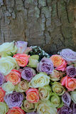 Μικτά τριαντάφυλλα κρητιδογραφιών για έναν γάμο στοκ φωτογραφία με δικαίωμα ελεύθερης χρήσης