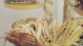 Μικτά τσιπ καρυδιών και ραβδιά τυριών γρήγορος πίνακας ιχθυαλεύρου τυριών μπουφέδων απόθεμα βίντεο