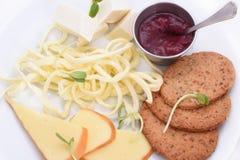 Μικτά τυριά σε ένα άσπρο πιάτο στοκ εικόνες