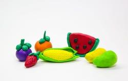 Μικτά φόρμα φρούτα αργίλου στο άσπρο υπόβαθρο , χέρι παιδιών Στοκ Εικόνες