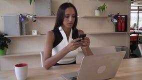 Μικτή επαγγελματική γυναίκα φυλών που χρησιμοποιεί app στο smartphone απόθεμα βίντεο