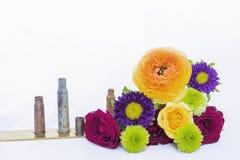 Μικτή ζωηρόχρωμη ανθοδέσμη λουλουδιών με τις σφαίρες στο άσπρο υπόβαθρο Στοκ εικόνα με δικαίωμα ελεύθερης χρήσης