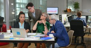 Μικτή ομάδα φυλών επιχειρηματιών που κάθονται στην αρχή απόθεμα βίντεο