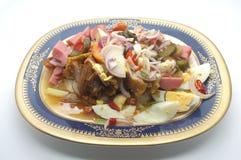 Μικτή πικάντικη σαλάτα, αυγό, λουκάνικο, παστωμένο λαχανικό, κοτόπουλο Στοκ εικόνα με δικαίωμα ελεύθερης χρήσης