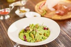 Μικτή σαλάτα με τα cornichons και τη μουστάρδα Στοκ Εικόνες