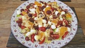Μικτή σαλάτα tangerines, της μοτσαρέλας, των σταφυλιών και των ξύλων καρυδιάς στοκ φωτογραφία με δικαίωμα ελεύθερης χρήσης