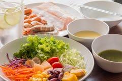 Μικτή σαλάτα με τις ντομάτες, καλαμπόκι, καρότα, πεπόνι, κόκκινα φασόλια, Στοκ εικόνες με δικαίωμα ελεύθερης χρήσης