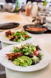 Μικτή σαλάτα με τις ξηρά ντομάτες και το αβοκάντο Στοκ φωτογραφίες με δικαίωμα ελεύθερης χρήσης