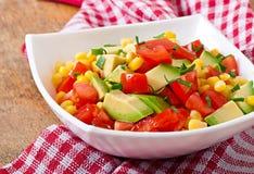 Μικτή σαλάτα με το αβοκάντο, τις ντομάτες και το γλυκό καλαμπόκι στοκ εικόνα με δικαίωμα ελεύθερης χρήσης
