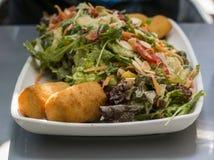 Μικτή σαλάτα σε ένα πιάτο Στοκ φωτογραφία με δικαίωμα ελεύθερης χρήσης