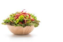 μικτή σαλάτα στο ξύλινο κύπελλο Στοκ Εικόνες