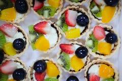 Μικτή φράουλα, ακτινίδιο, πορτοκάλι και σταφύλι φρούτων ξινή στοκ φωτογραφία