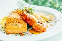 Μικτή ψημένη στη σχάρα μπριζόλα θαλασσινών με τη γαρίδα σολομών και άλλο κρέας Στοκ Εικόνα