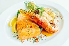 Μικτή ψημένη στη σχάρα μπριζόλα θαλασσινών με τη γαρίδα σολομών και άλλο κρέας Στοκ Φωτογραφία