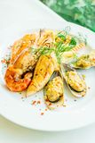 Μικτή ψημένη στη σχάρα μπριζόλα θαλασσινών με τη γαρίδα σολομών και άλλο κρέας Στοκ Φωτογραφίες