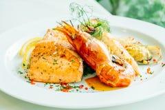 Μικτή ψημένη στη σχάρα μπριζόλα θαλασσινών με τη γαρίδα σολομών και άλλο κρέας Στοκ εικόνες με δικαίωμα ελεύθερης χρήσης