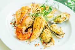 Μικτή ψημένη στη σχάρα μπριζόλα θαλασσινών με τη γαρίδα σολομών και άλλο κρέας Στοκ φωτογραφία με δικαίωμα ελεύθερης χρήσης