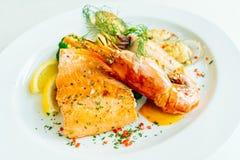 Μικτή ψημένη στη σχάρα μπριζόλα θαλασσινών με τη γαρίδα σολομών και άλλο κρέας Στοκ φωτογραφίες με δικαίωμα ελεύθερης χρήσης