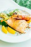 Μικτή ψημένη στη σχάρα μπριζόλα θαλασσινών με τη γαρίδα σολομών και άλλο κρέας Στοκ Εικόνες