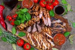 Μικτή ψημένη στη σχάρα πιατέλα κρέατος Ανάμεικτο εύγευστο ψημένο στη σχάρα κρέας με το λαχανικό Στοκ φωτογραφίες με δικαίωμα ελεύθερης χρήσης