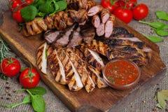 Μικτή ψημένη στη σχάρα πιατέλα κρέατος Ανάμεικτο εύγευστο ψημένο στη σχάρα κρέας με το λαχανικό Στοκ Φωτογραφίες