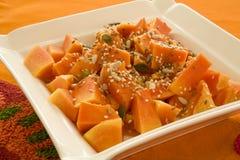 μικτοί κύβοι papaya σπόροι πιάτων Στοκ Εικόνες
