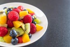 μικτοί νωποί καρποί (φράουλα, σμέουρο, βακκίνιο, ακτινίδιο, mang Στοκ Εικόνες