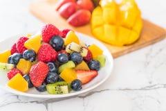 μικτοί νωποί καρποί (φράουλα, σμέουρο, βακκίνιο, ακτινίδιο, mang Στοκ Φωτογραφίες