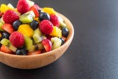 μικτοί νωποί καρποί (φράουλα, σμέουρο, βακκίνιο, ακτινίδιο, mang Στοκ Φωτογραφία