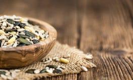Μικτοί σπόροι στην ξύλινη εκλεκτική εστίαση υποβάθρου Στοκ Εικόνες