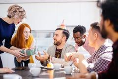 Μικτοί συνάδελφοι φυλών που γιορτάζουν γενέθλια στην κουζίνα γραφείων Στοκ Φωτογραφία