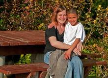 μικτός γιος μητέρων racially Στοκ Εικόνες