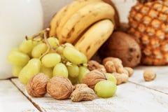 Μικτός με τα φρούτα φθινοπώρου και μια στάμνα Στοκ Εικόνες