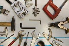 Μικτός μηχανικός και μέτρηση των εργαλείων Στοκ Φωτογραφίες