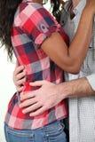 Μικτό αγκάλιασμα ζευγών φυλών Στοκ φωτογραφία με δικαίωμα ελεύθερης χρήσης