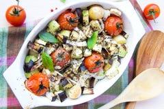 Μικτό λαχανικό στο μπλε κύπελλο για ψημένος στο φούρνο Στοκ Εικόνα