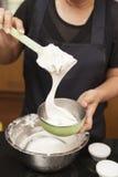 Μικτό αλεύρι για την κατασκευή του κέικ σφουγγαριών Στοκ Φωτογραφίες