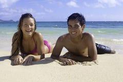 Μικτό ζεύγος στη Χαβάη στοκ εικόνα με δικαίωμα ελεύθερης χρήσης