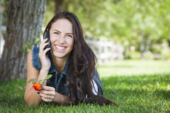 Μικτό θηλυκό φυλών που μιλά στο τηλέφωνο κυττάρων έξω στοκ εικόνα