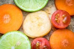 Μικτό καρότο μπανανών ντοματών λεμονιών φρούτων Στοκ εικόνα με δικαίωμα ελεύθερης χρήσης