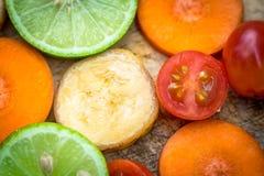 Μικτό καρότο μπανανών ντοματών λεμονιών φρούτων Στοκ εικόνες με δικαίωμα ελεύθερης χρήσης