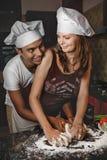 Μικτό μαγειρεύοντας γεύμα ζευγών φυλών νέο Στοκ εικόνες με δικαίωμα ελεύθερης χρήσης