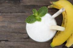 Μικτό μπανάνα καρύδων ποτό μίγματος χυμού φρούτων καταφερτζήδων άσπρο milkshake υγιές στοκ εικόνες