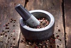 Μικτό πιπέρι στο κονίαμα Στοκ Φωτογραφίες